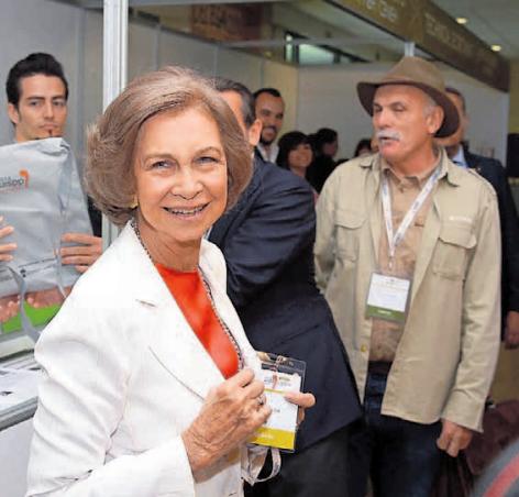 La Reina Sofía posa con su acreditación en la Facultad de Económicas de la UBU, donde se celebra el Congreso.