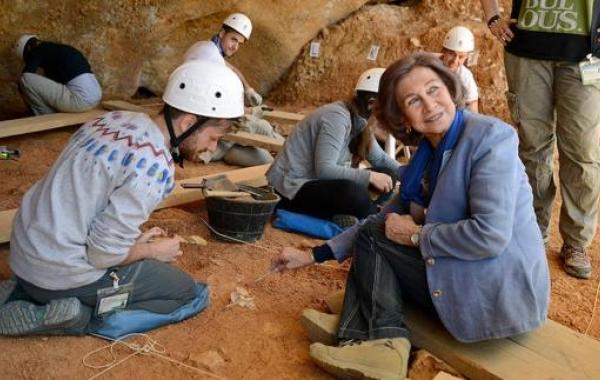 La Reina Sofía durante su visita a los yacimientos de Atapuerca